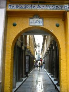 Entrada a la alcaicería de Granada